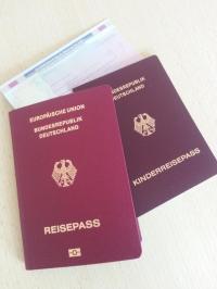 Den Kinderreisepass für ein Kind, das Deutsch im Sinne des Art. 116 Abs. 1 des Grundgesetzes ist, können Sie bis zum 12. Lebensjahr des Kindes beantragen.